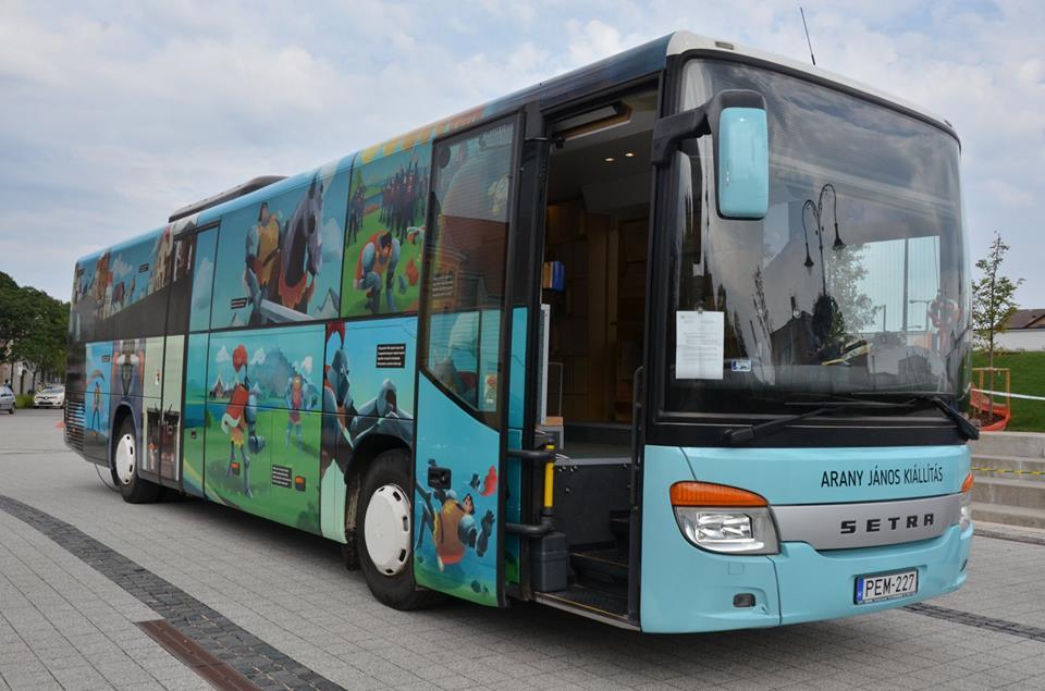 Arany-busz – vándorkiállítás a főtéren