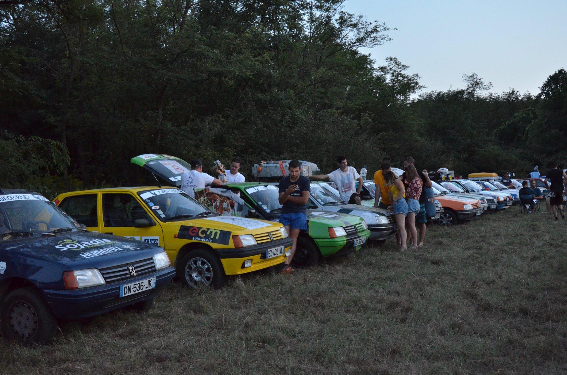 Az Europ'Raid autós európai körtúra résztvevői Gödöllőn
