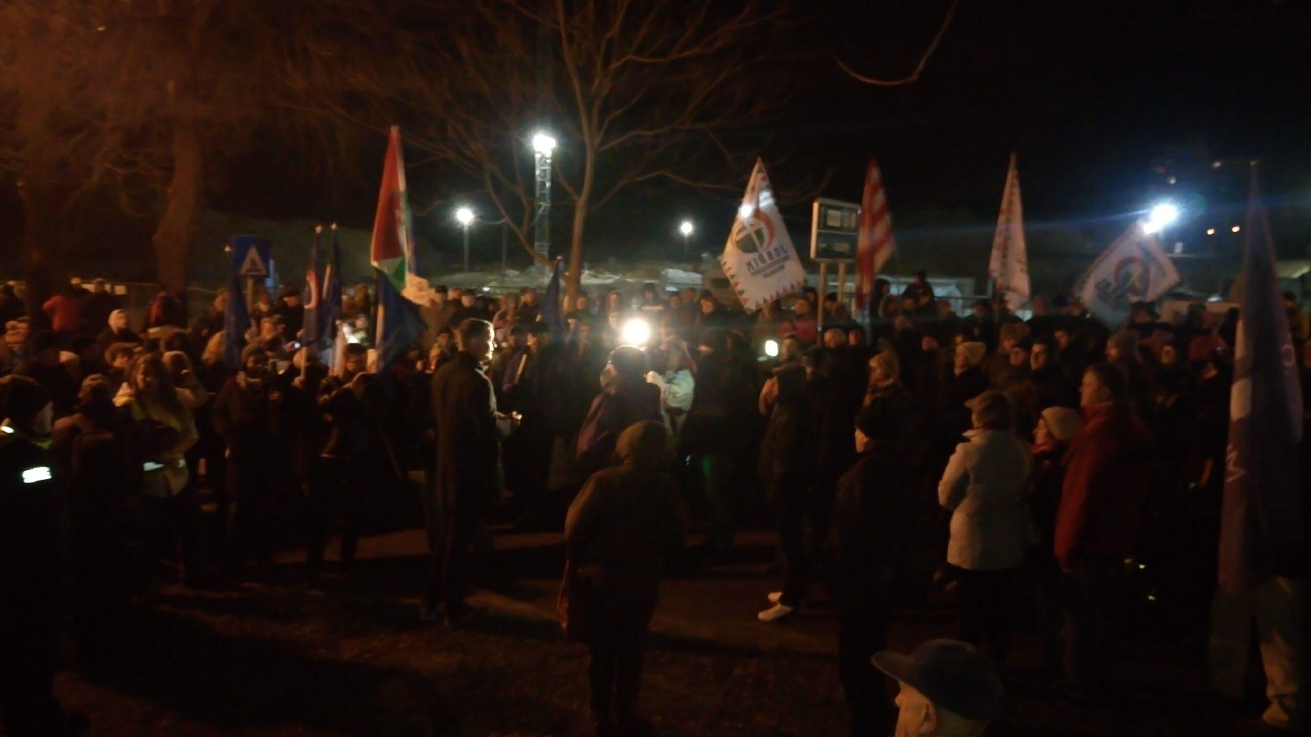 Gödöllőn  is tüntetés zajlott pénteken este.