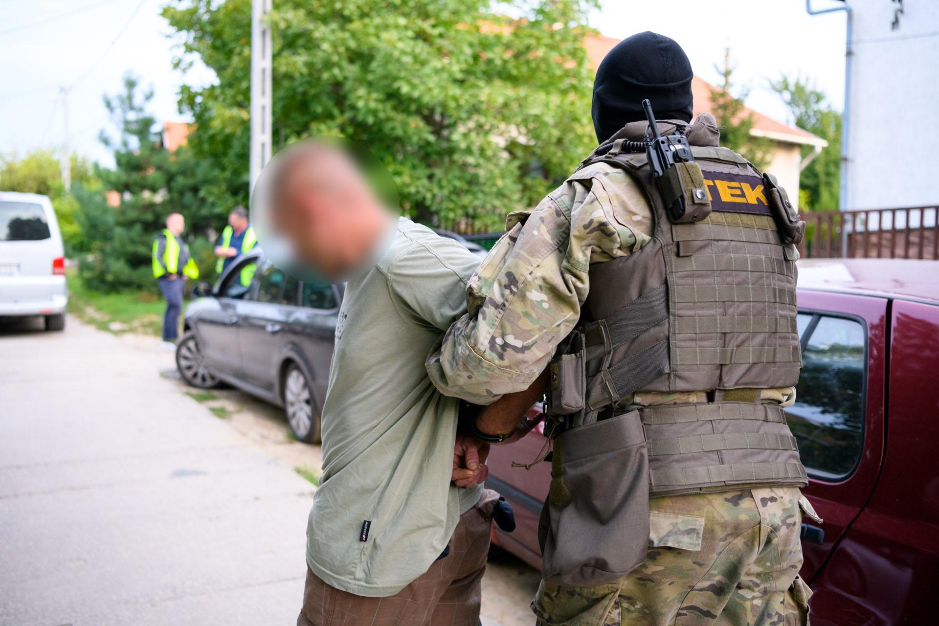 Bűnszövetségben elkövetett kábítószer-kereskedelem a gyanú